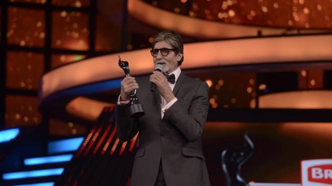 Amitabh Bachchan with Critics Choice Best Actor male Award. Image Courtesy: Amitabh Bachchan's Facebook account