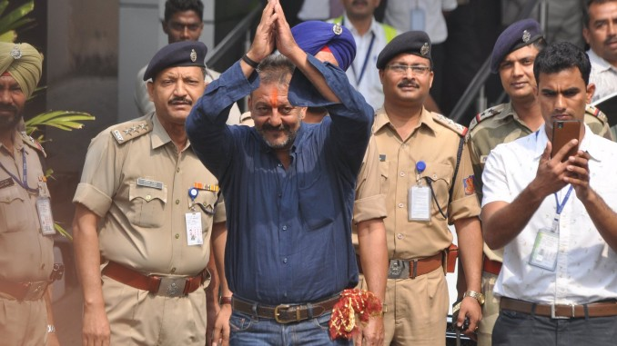 Sanjay Dutt returns home from Yerwada Jail, poses for the paparazzi