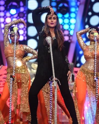 Kareena Kapoor Khan performing at TOIFA Awards 2016