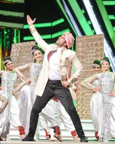 Ranveer Singh performing at TOIFA Awards 2016