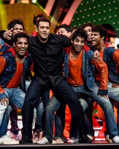 Salman Khan performing at TOIFA Awards 2016