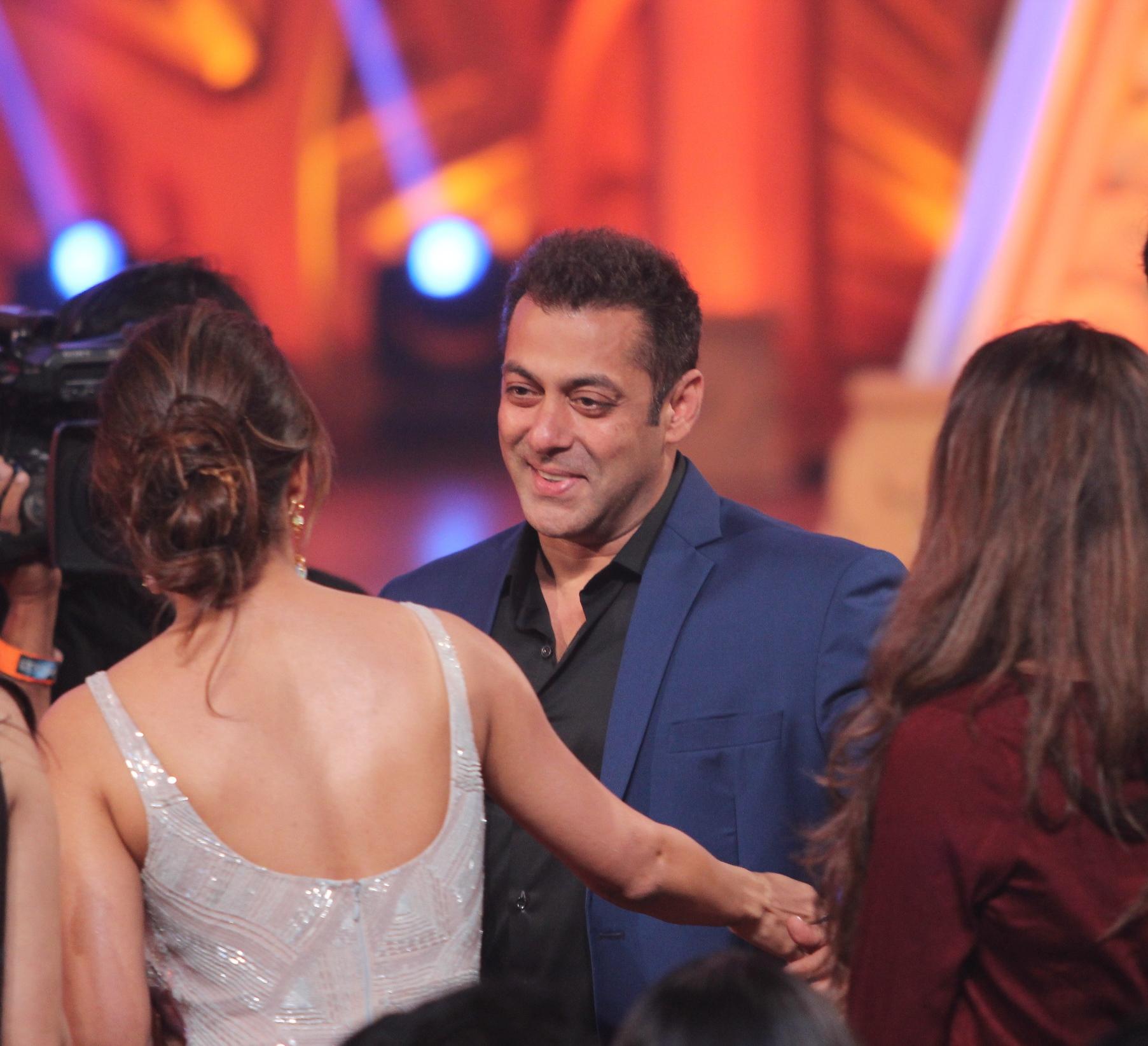 Colors Golden Petal Awards 2016: Salman Khan And Malaika Arora Khan Were Seen Hugging At