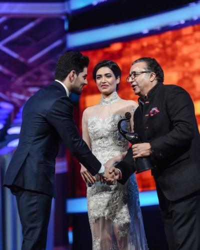 Sooraj Pancholi receiving best debut male award at TOIFA 2016