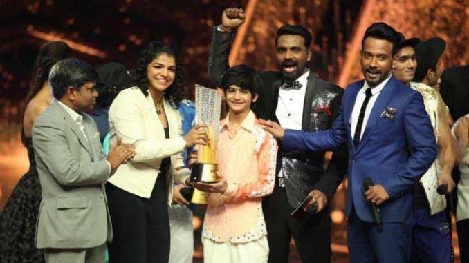 Sakshi Malik presents the Dance + trophy to Tanay Malhara