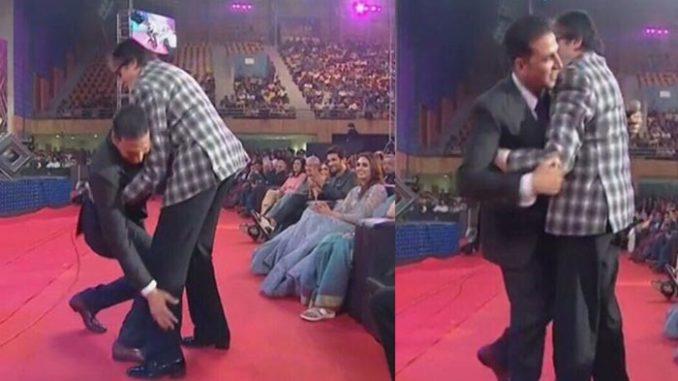 Akshay Kumar touches Amitabh Bachchan's feet