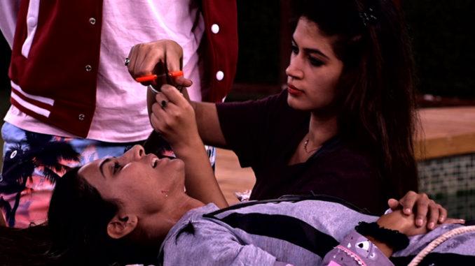 Bandagi cuts Hina's hair