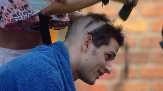 Hina shaves Priyanka's headHina shaves Priyanka's head